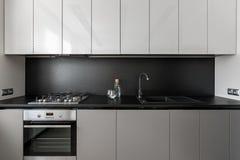 现代和典雅的灰色厨房单位 免版税图库摄影