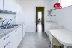 现代和明亮的厨房 免版税库存照片