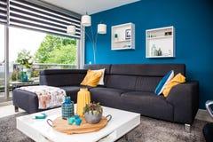 现代和温暖的客厅内部 免版税库存照片