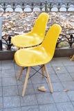 现代咖啡店塑料椅子 免版税库存图片