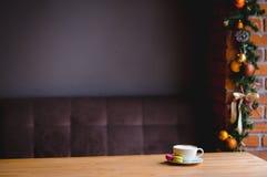 现代咖啡馆黑暗的内部  免版税库存图片