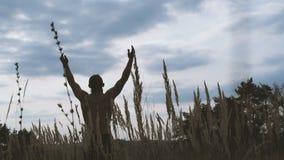现代哥萨克人的画象在天空看和上升手4K 股票视频