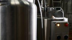 现代啤酒厂工厂 坦克行在啤酒厂 在啤酒厂坦克的发酵用酿造的啤酒 啤酒工厂技术制造过程 股票视频