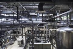 现代啤酒厂植物 巨大的坦克或大桶啤酒发酵的,工业背景与许多钢管 图库摄影