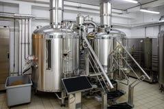 现代啤酒厂生产钢罐和管子,工艺啤酒在microbrewery 免版税图库摄影