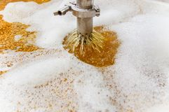 现代啤酒植物啤酒厂,当酿造水壶、船、木盆和管子由不锈钢制成,在啤酒植物中  图库摄影