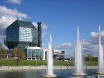 现代喷泉的图书馆 库存照片
