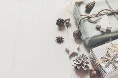 现代圣诞节包裹了与装饰品和玩具的礼物在whi 免版税库存照片
