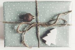 现代圣诞节包裹了与装饰品的在白色的礼物和树 库存照片