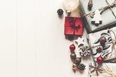 现代圣诞节包裹了与装饰品的在wh的礼物和锥体 库存照片