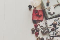 现代圣诞节包裹了与装饰品的在wh的礼物和锥体 图库摄影