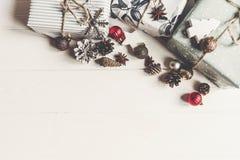 现代圣诞节包裹了与装饰品的在wh的礼物和锥体 库存图片