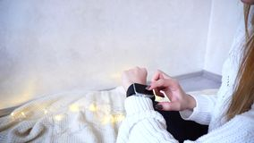 现代在女孩` s手和testin上的小配件巧妙的手表起点  库存图片