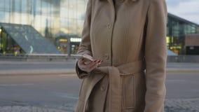 现代在智能手机的妇女短信的sms 股票录像