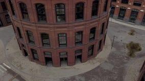 现代在环形轧材鸟瞰图的建筑学都市大厦 股票视频