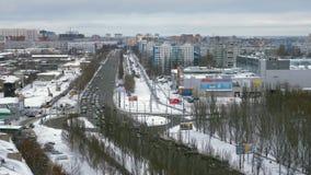 现代城市在冬日,汽车移动在路和圆的交叉点 股票录像