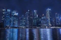 现代城市地平线在夜,企业摩天大楼,办公楼之前 库存图片