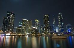 现代城市海滨广场视图在晚上 免版税图库摄影