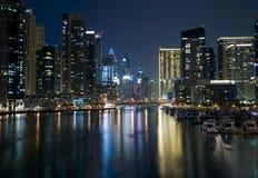 现代城市海滨广场视图在晚上 库存照片