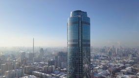 现代城市的顶视图在冬天 美好的晴天在有一个摩天大楼的大城市在冬天 图库摄影