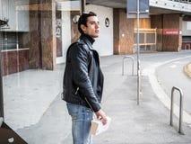 现代城市设置的一个英俊的年轻人 免版税图库摄影