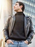现代城市设置的一个英俊的年轻人 库存图片