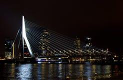 现代城市风景在晚上 免版税库存图片
