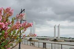 现代堤防和可移动的桥梁,红葡萄酒 库存照片