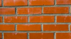 现代墙壁的样式由水泥和橙色砖,建筑业背景做成 免版税库存照片