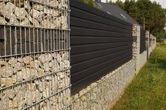现代墙壁 房子的长的篱芭的片段用t做的 库存图片