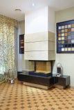 现代壁炉在陈列室里 库存照片