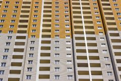 现代多故事住宅房子的片段在负面因素期间的 免版税库存照片