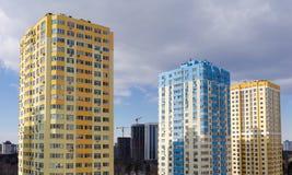 现代多故事公寓住宅区的片段在负面因素期间的 免版税库存照片