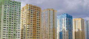 现代多故事公寓住宅区的片段在负面因素期间的 库存图片