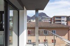 现代大厦俯视的城市阳台  库存照片
