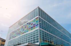 现代大厦和样式五颜六色的玻璃和天空背景 库存图片