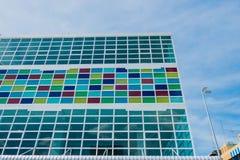 现代大厦和样式五颜六色的玻璃和天空背景 免版税库存图片