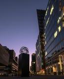 现代大厦和雕象 免版税库存照片