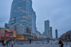 现代大厦在华沙,晚上,波兰, 03 2017年 库存照片