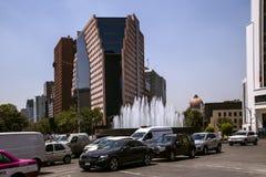 现代大厦在墨西哥城附近的金融中心被架设 免版税图库摄影