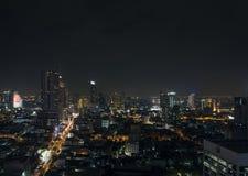 现代大厦在曼谷泰国silom地区在晚上 免版税库存照片