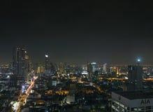 现代大厦在曼谷泰国silom地区在晚上 免版税图库摄影