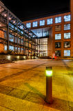 现代大厦在苏黎世在晚上 免版税库存图片