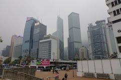 现代大厦有薄雾的天在香港 库存照片