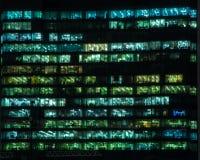 现代大厦的办公室在晚上 免版税库存图片