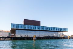现代大厦的看法在从渠道的哥本哈根 免版税库存图片