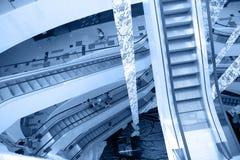 现代大厦的自动扶梯 库存例证