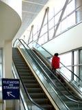 现代大厦的自动扶梯 免版税图库摄影