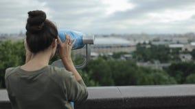 现代大城市地平线 享受看法的后面观点的一个年轻美丽的女孩 取消她长的头发的女孩,转动 影视素材