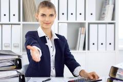 现代女商人或确信的女性会计提供的帮手 库存照片